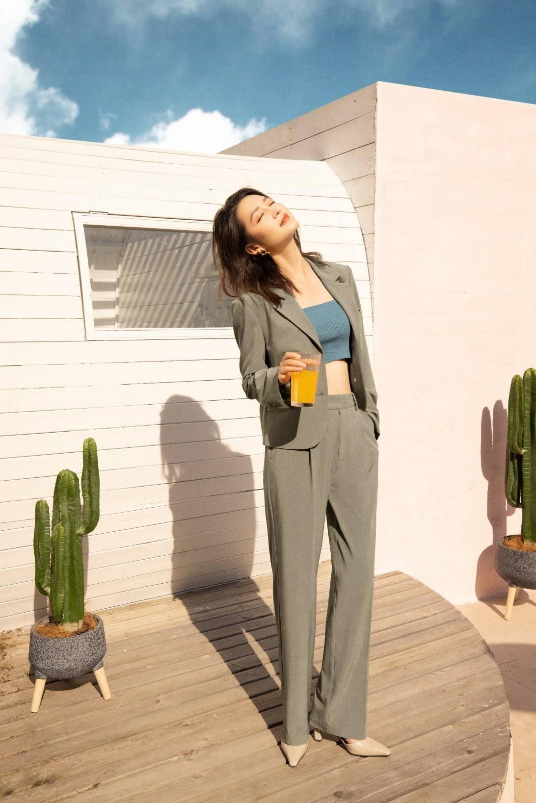 原创             李沁品牌广告大片出炉,绿植蓝天清新怡人,暖阳照耀温柔细腻