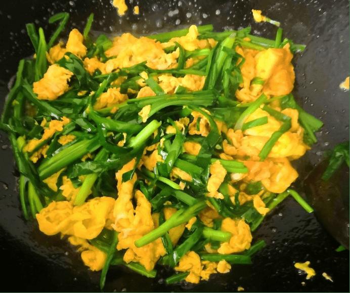 韭菜炒鸡蛋时,很多人把顺序弄错,怪不得鸡蛋不嫩,韭菜不翠绿
