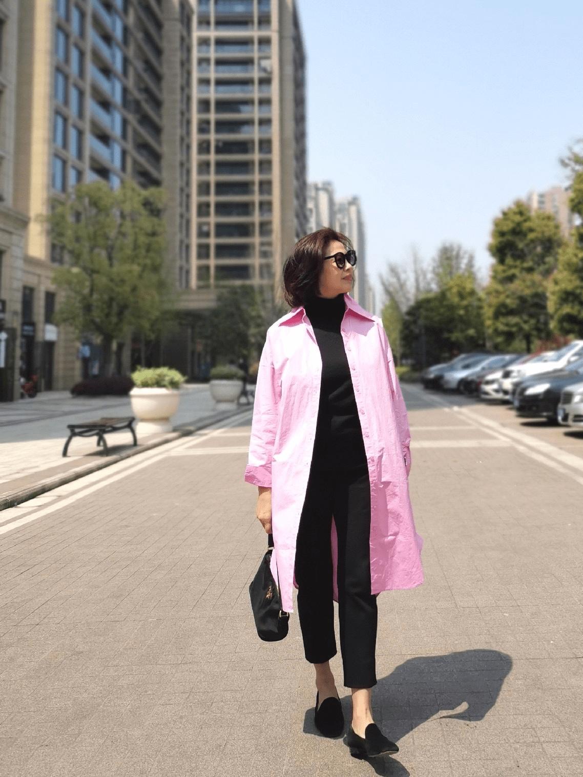 年过50的女性,早春穿什么?九分裤+风衣,照着穿时髦气质