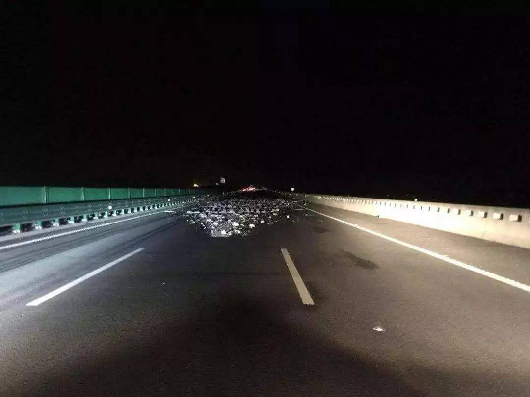 原来晚上跑高速,这四条行车安全规则一定要谨记在心,否则很容易出事故