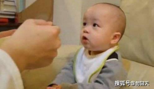 奶爸给孩子喂饭,妈妈不放心进来查岗,看完笑的直不起腰