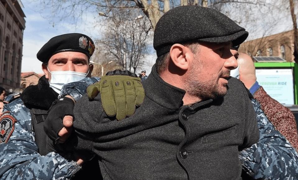 亚美尼亚总理没料到,批评俄罗斯导弹后果这么严重:军方威胁政变