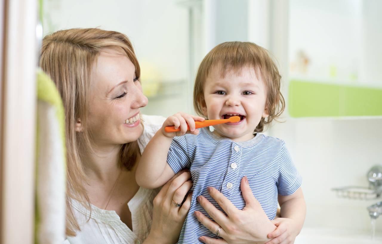 """宝宝多大开始刷牙?很多父母陷入了三个""""误区"""",难怪娃长龋齿"""
