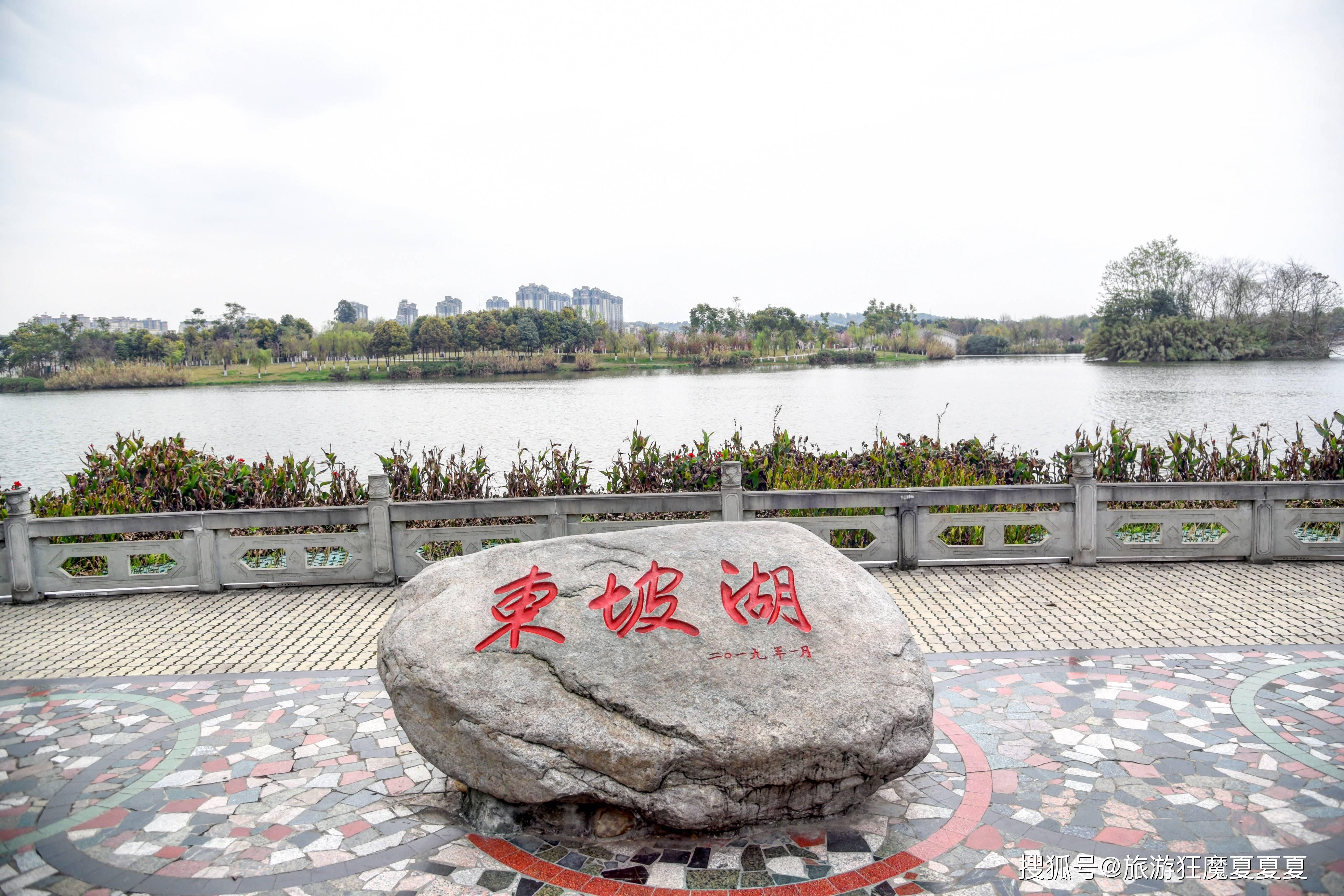 四川眉山1500年来首个公园,复古阁楼尽显气派,水舞秀尤其精彩