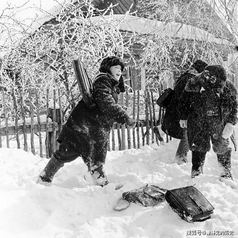 老照片 苏联的冬天 把自己包得严严实实的莫斯科美女