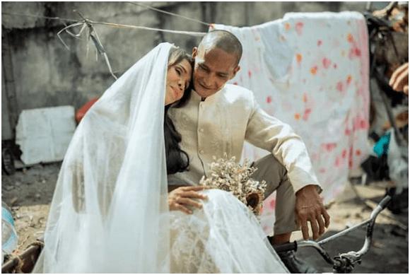 夫妻太穷没钱结婚,好心人帮忙在垃圾场拍婚纱照,竟拍出大片感觉