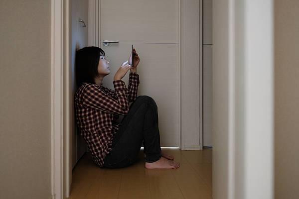 北漂女孩被困卫生间必赢注册30小时:敲水管解围,因独居
