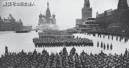 苏德战争中为何莫斯科红场阅兵的参阅部队必须荷枪实弹?