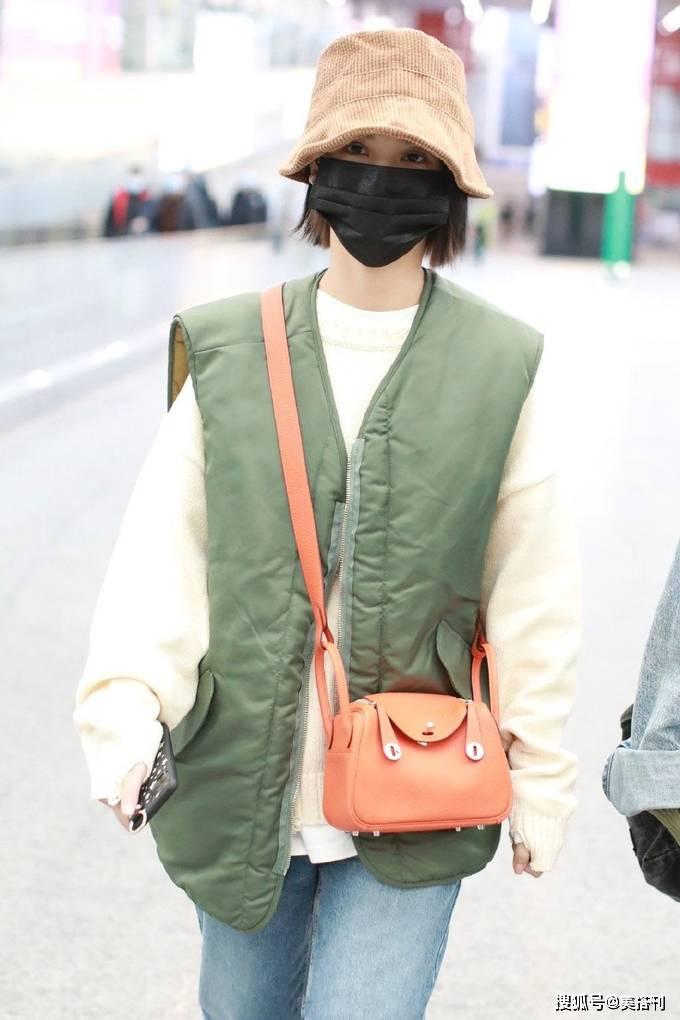 杨丞琳踢馆成功后现身机场,穿绿马甲戴条纹渔夫帽,时髦又可爱