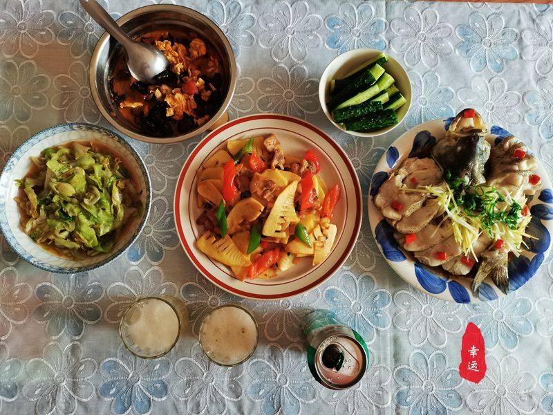 原創             給家人過生日煮碗面,炒兩家常菜,蒸條鱸魚簡單又有儀式感