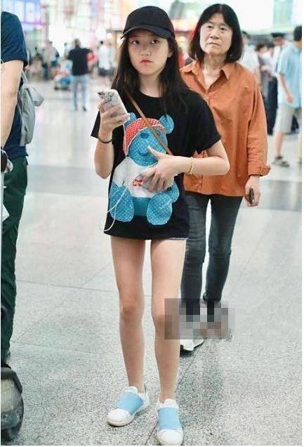 """4岁李嫣走在时尚前沿!穿T恤裙秀""""铅笔腿"""",背影照太像王菲了"""""""