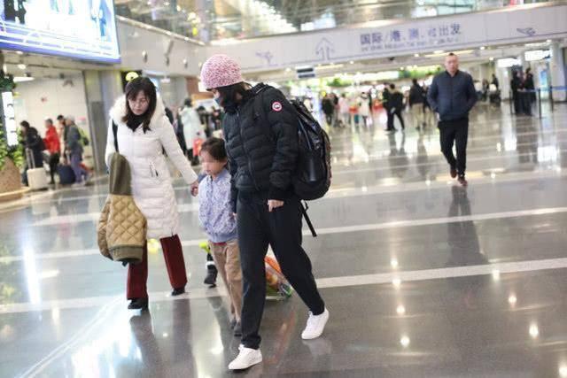 原创44岁梅婷牵着儿女现身机场,黑眼圈明显双眼无神很沧桑