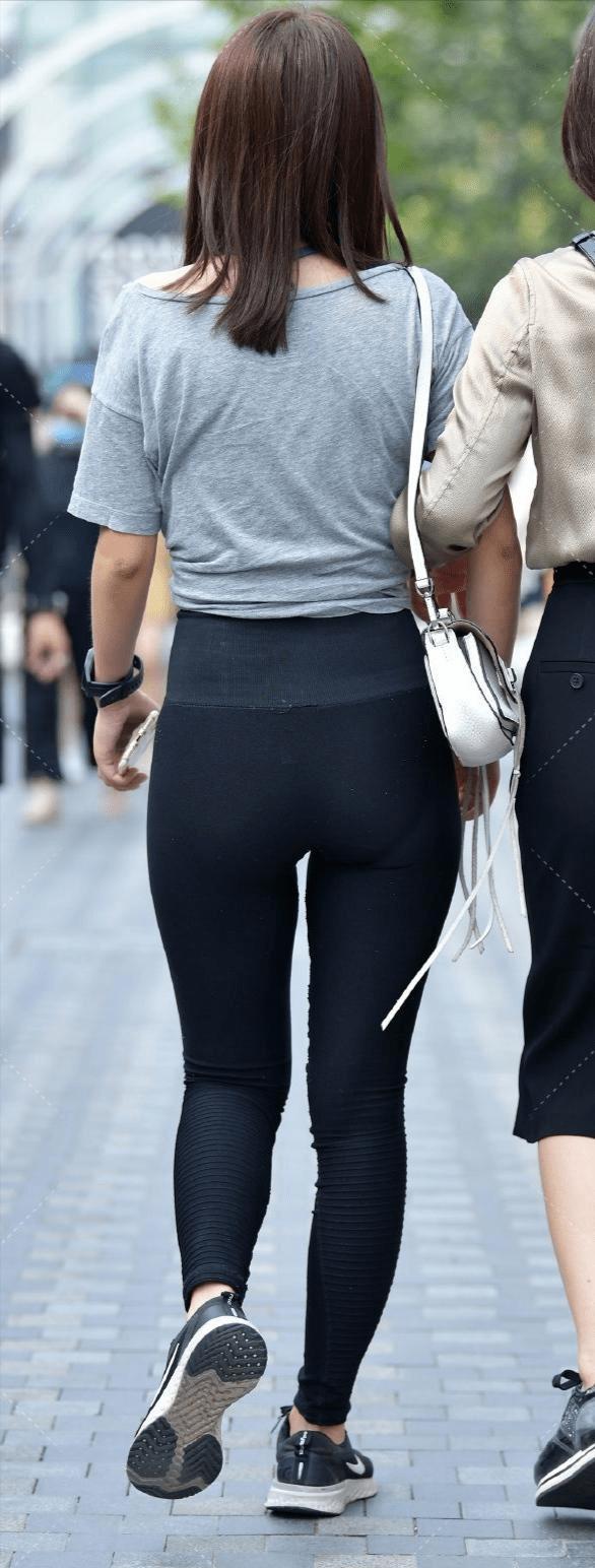 小黑裤显瘦的理由太多,收腰的效果无可替代,小姐姐很喜欢穿
