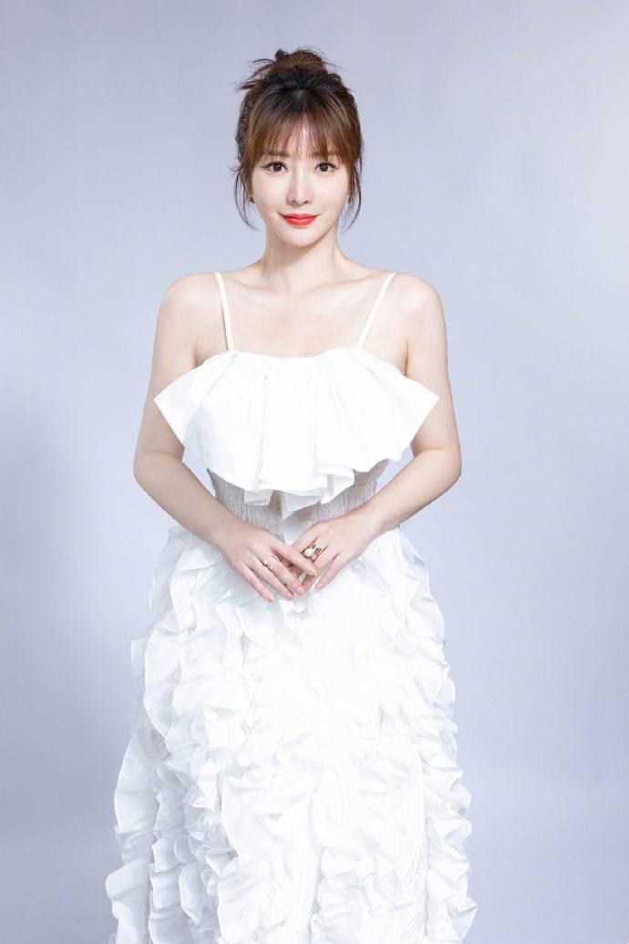 原创柳岩一袭白色吊带连衣裙,清新甜美,搭配层叠珍珠项链高贵大气