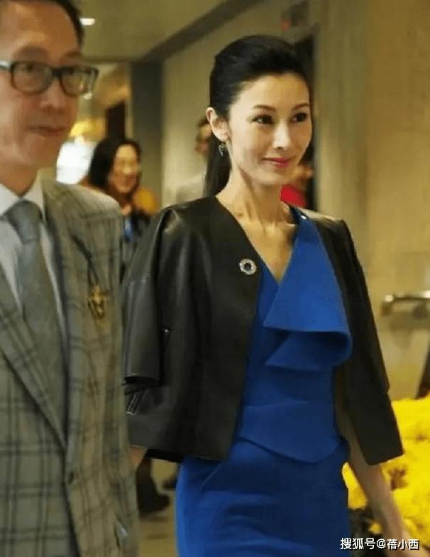 李嘉欣嫁对人真幸福,披外套配蓝色连衣裙像25岁,老公也帅多了