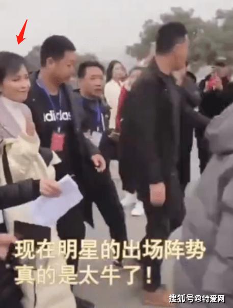 最初的激进分子太能装了,刘涛似乎被几十个保镖安排来开路,他的脸很尴尬
