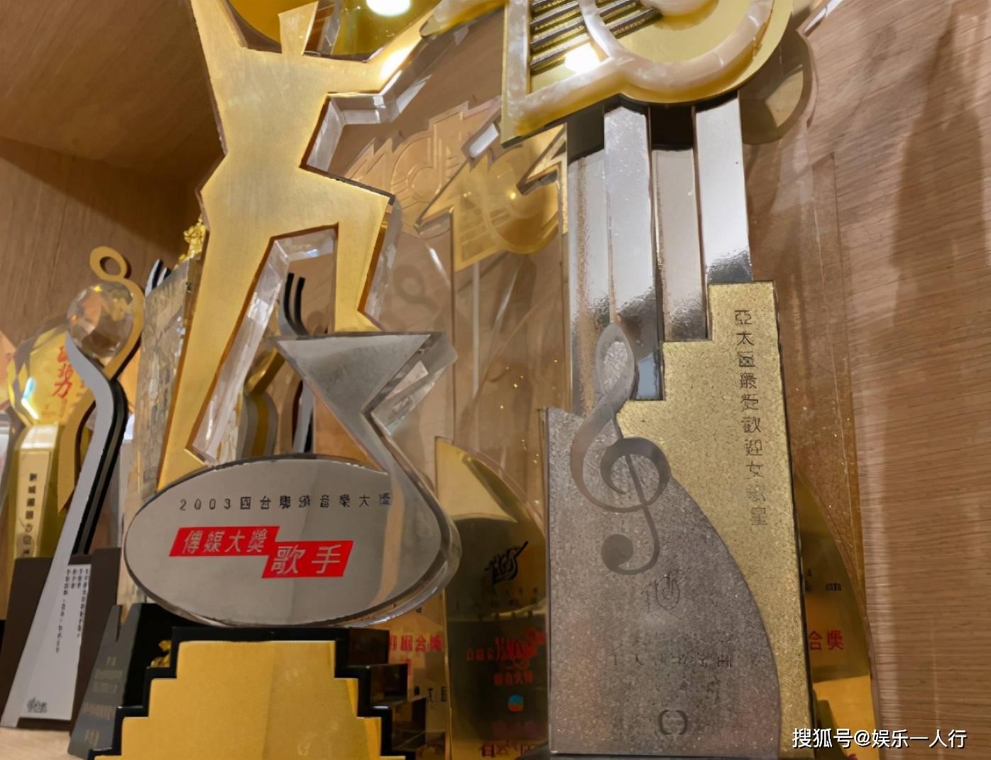 观光钟欣潼在香港的家必赢APP,室内衣柜直接做到顶,