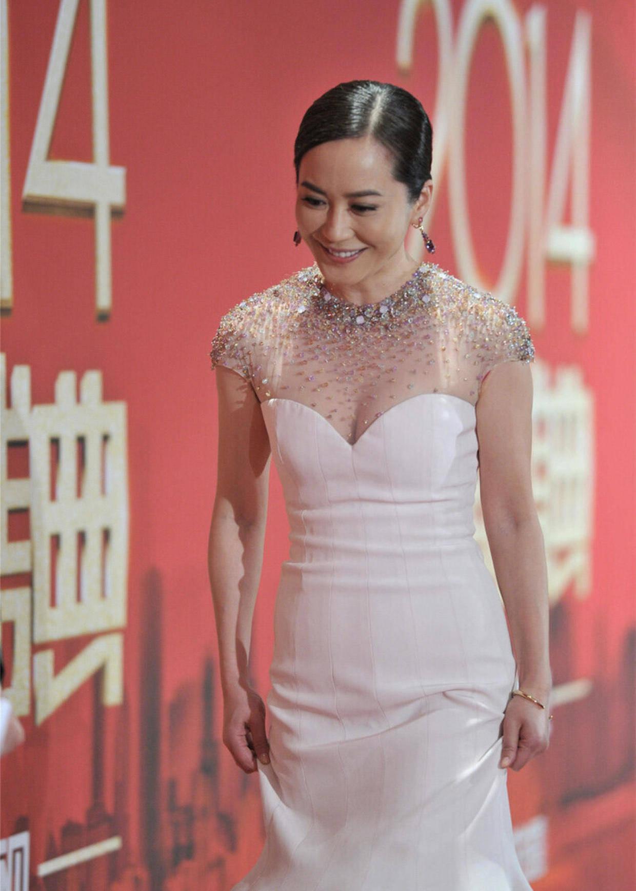 俞飞鸿的气质一般人比不了,穿白色修身连衣裙华丽高级,气场十足