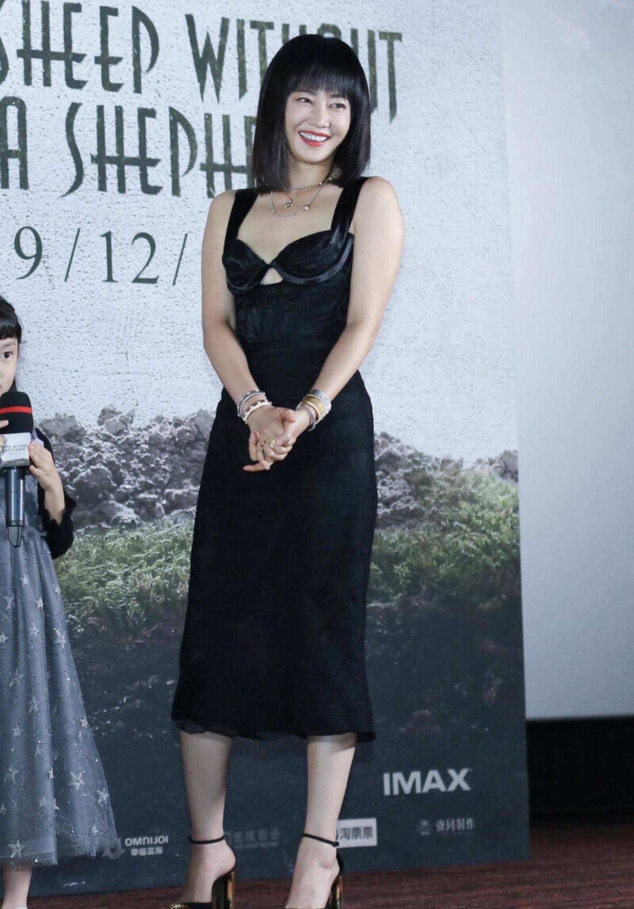 """7岁的谭卓太有魅力了!也是""""小号尤物"""",穿黑色吊带连衣裙好美"""""""
