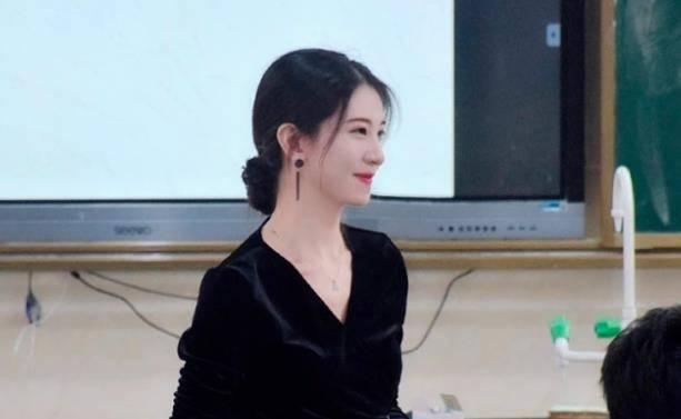 海南一年轻女老师因貌美意外走红网友:比大部分明星都漂亮插图2