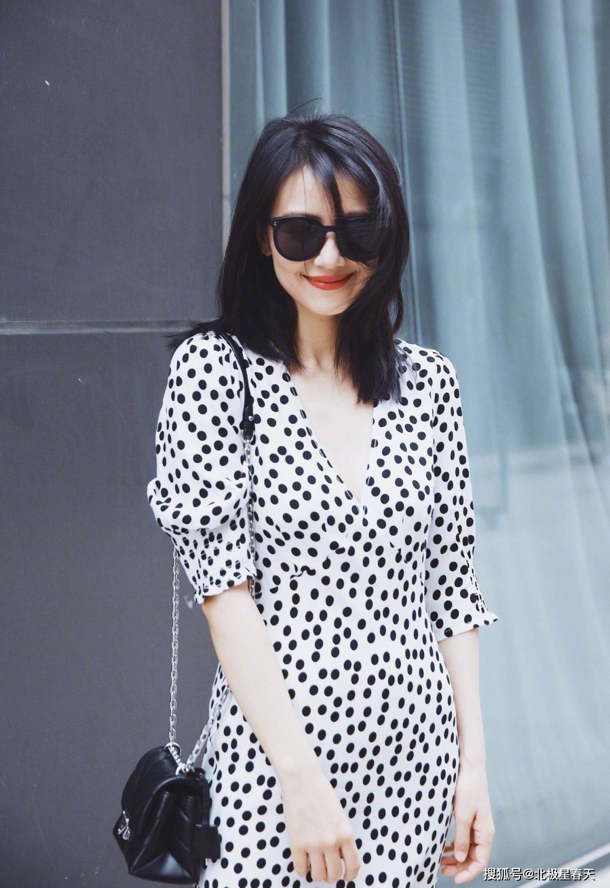 高圆圆真不适合大油田,配黑白露肩裙,增添了年龄感少了清纯感