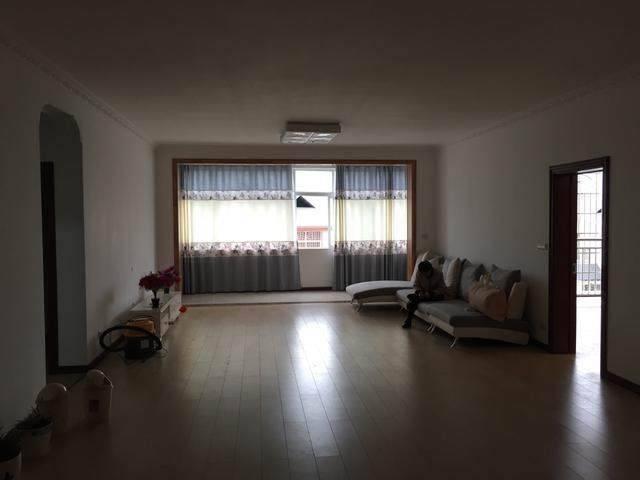 哥嫂在县城买的新房,头一次见卧室这么装衣柜的,厨房好吓人