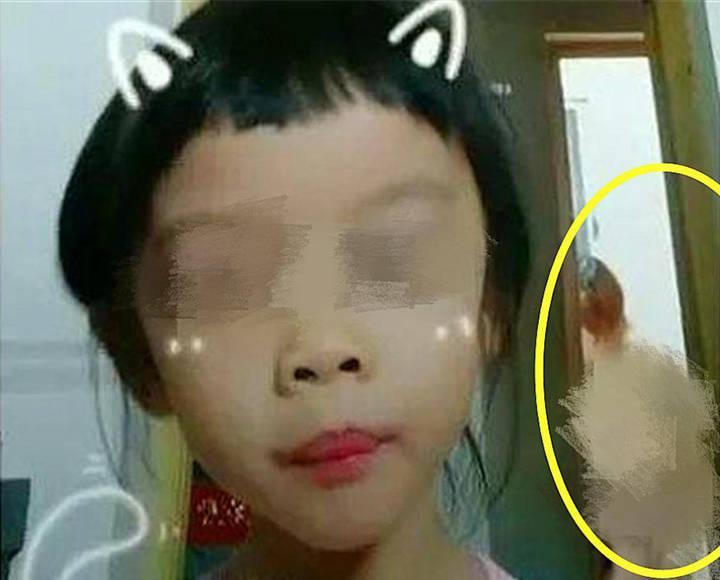 """为了当""""网红"""",12岁男孩偷拍妈妈洗澡,孩子爱上网络是福是祸?"""