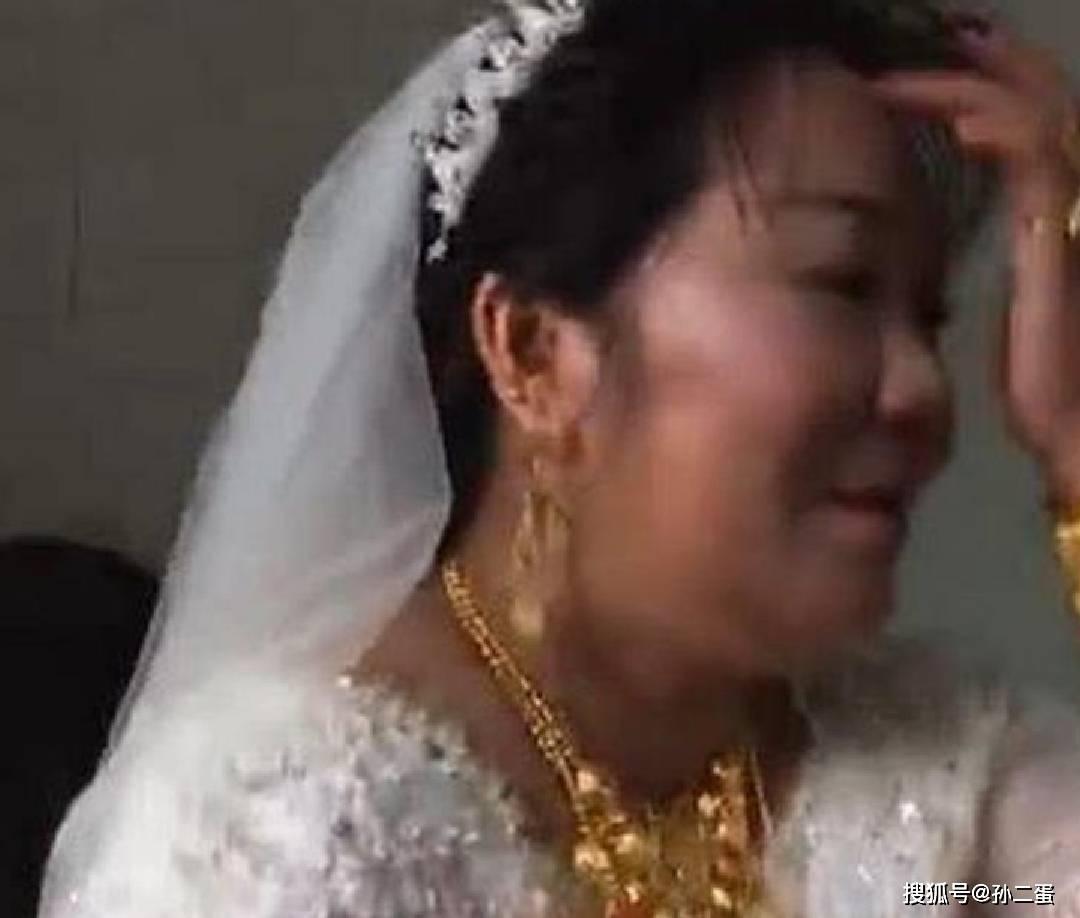 """""""最多金新娘""""走红,看到新郎的时候,网友:可以少奋斗20年!  第3张"""