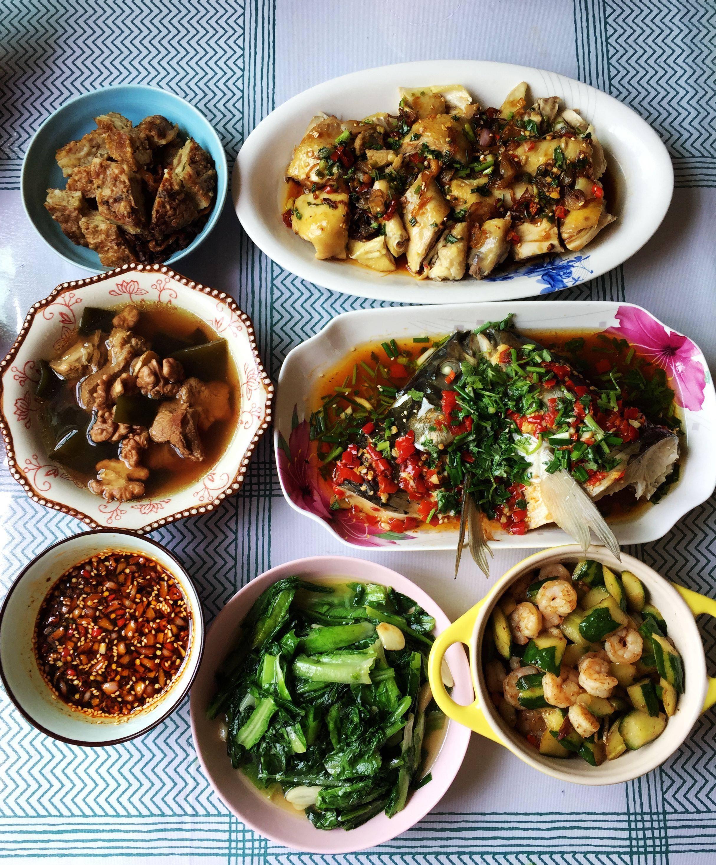 朋友来家里做客,青山学几道家常菜招待,朋友吃后说比饭店的还好吃  朋友来家里做客烧什么菜
