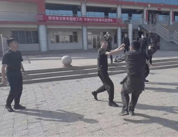 三道坎派出所联合特巡警大队开展反恐实战应急演练