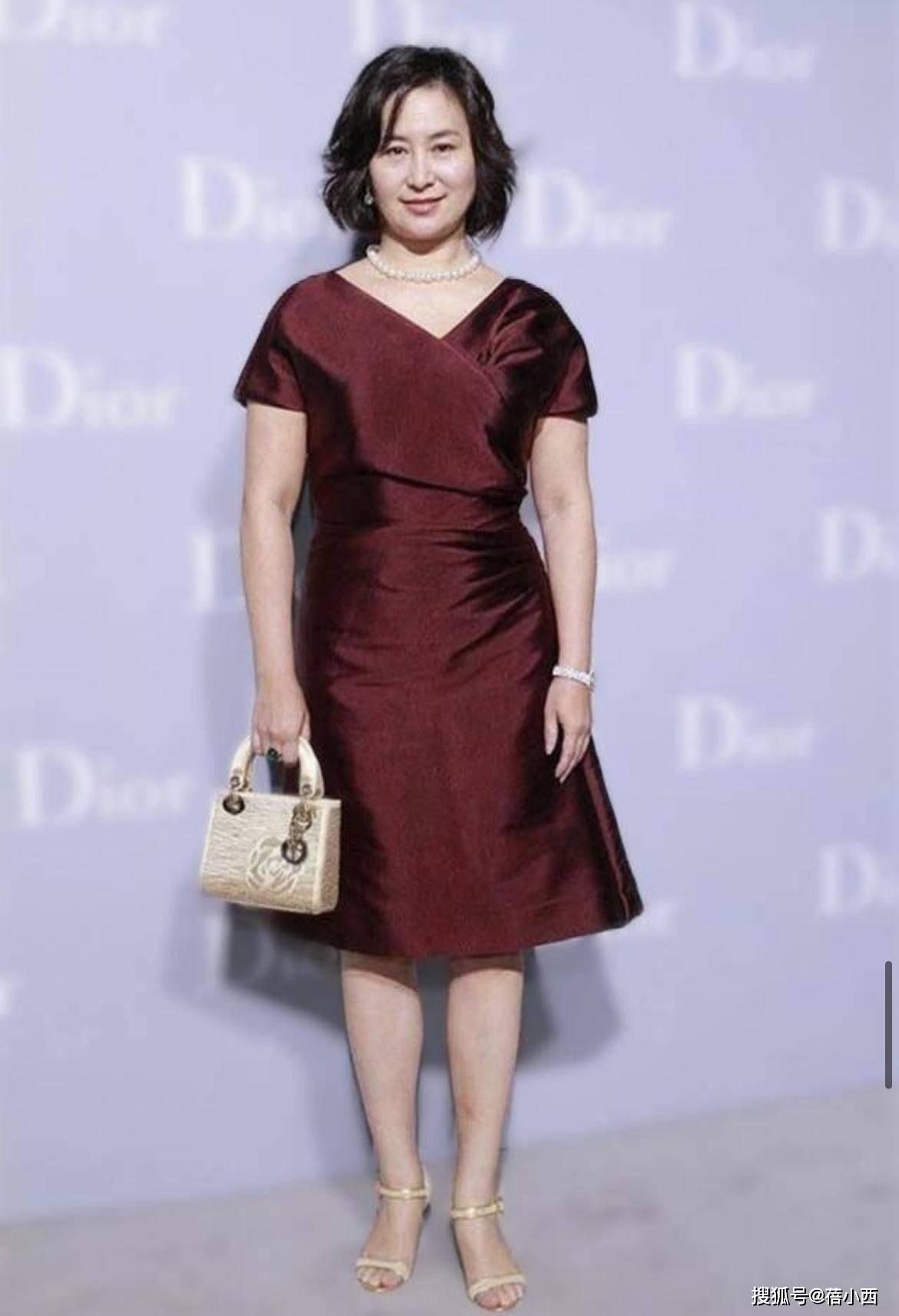 【何超琼穿出贵妇感】何超琼穿出了60后女性羡慕的贵妇感 高贵优雅
