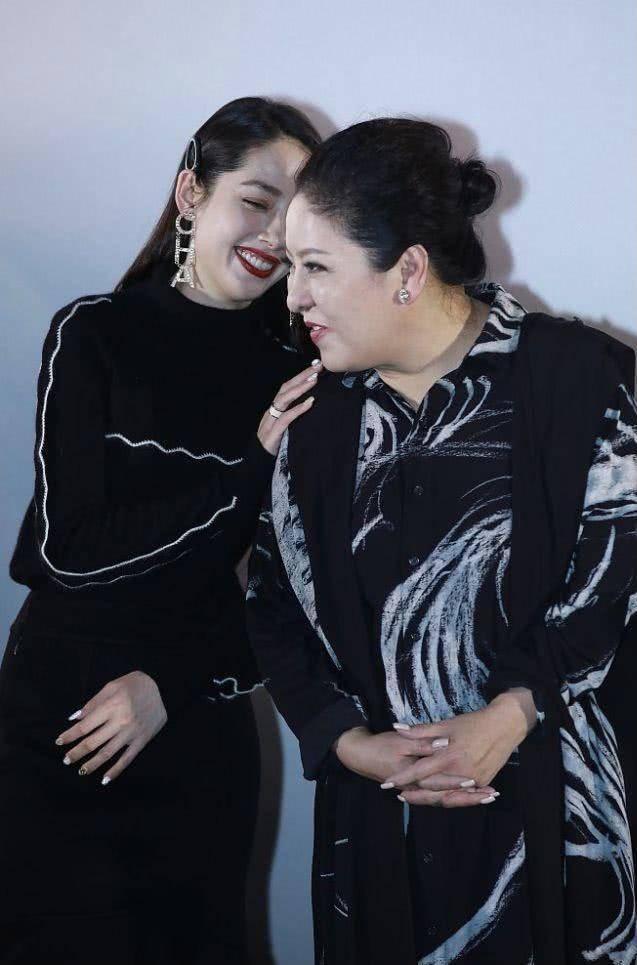 """【向太】向太很有""""阔太""""气质范,穿纯黑色刺绣外套配紧身长裤,高贵优雅"""