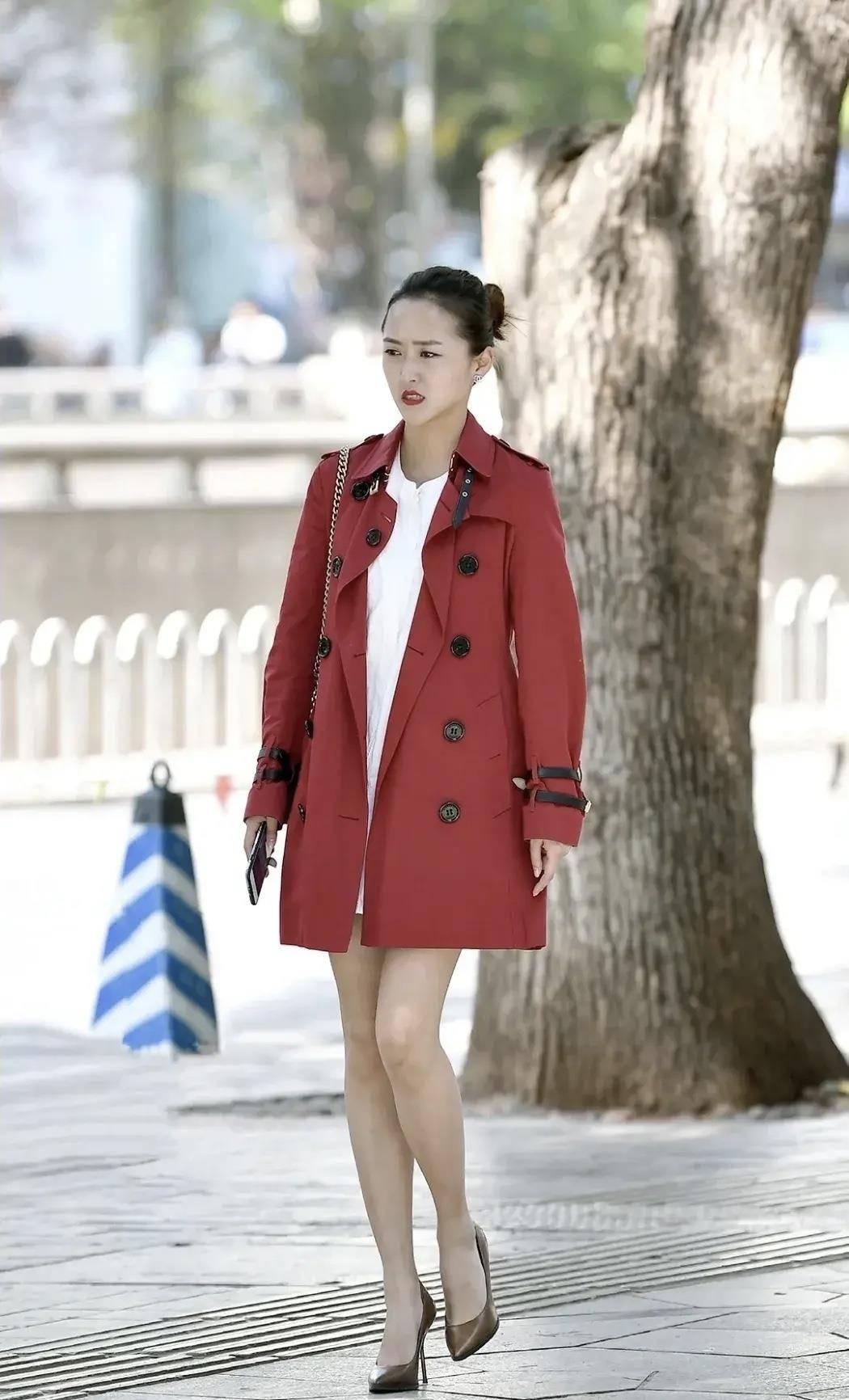 时尚风衣,中长款的设计宽松百搭,气场十足,凸显出青春的魅力