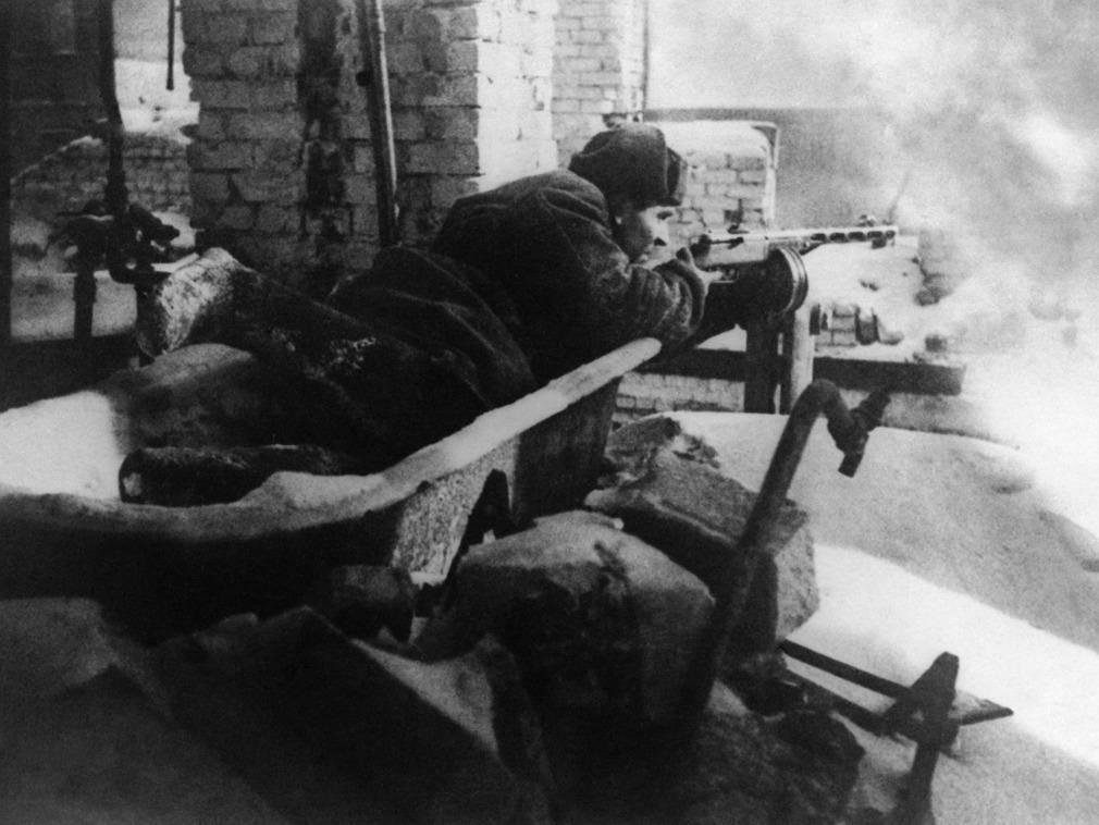 苏军团长当逃兵被发现,与一名士兵大打出手,怎料