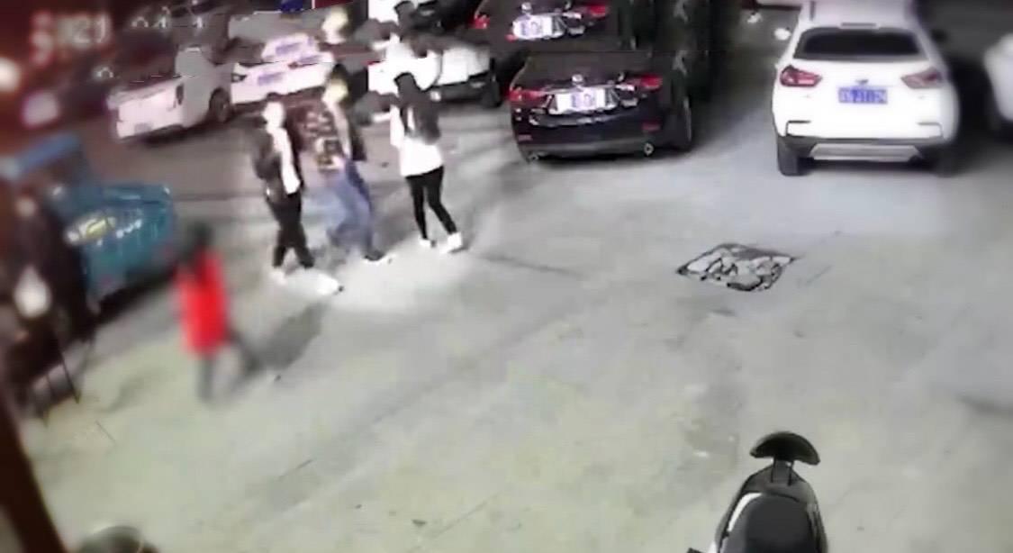 男子调戏女子持凶追其丈夫 打完逃离现场视频曝光令人唏嘘