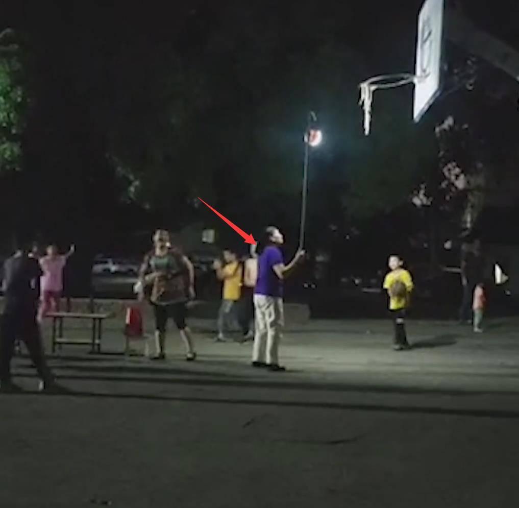 广西广场舞大妈强占篮球场,目击者:孩子们玩得正开心,气得直叫
