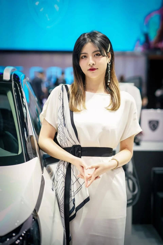 图赏:上海车展上的车模小姐姐们(图2)