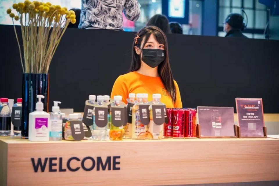 图赏:上海车展上的车模小姐姐们(图4)