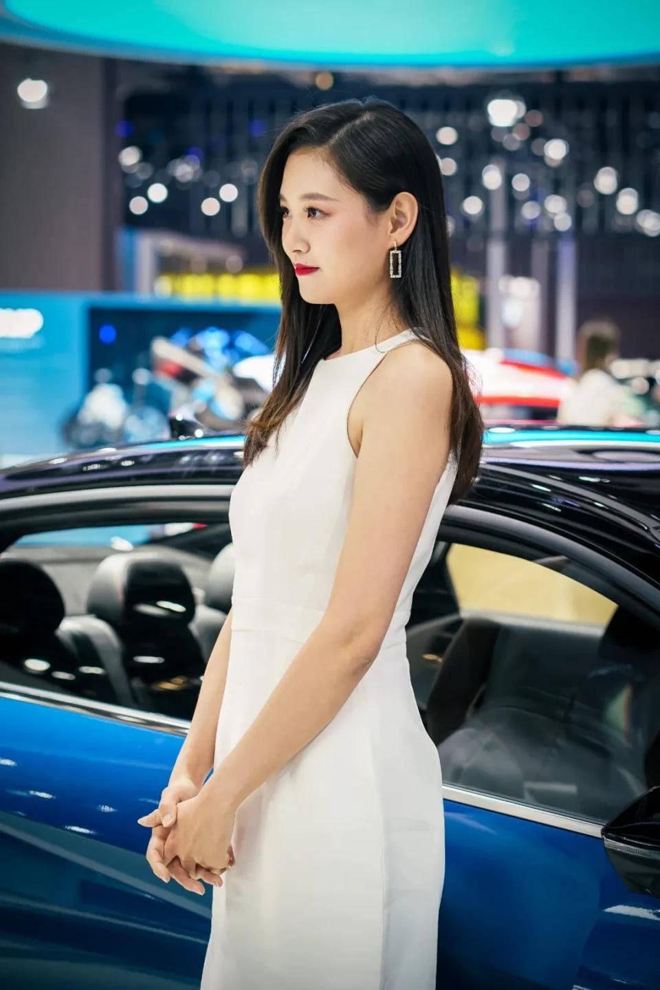 图赏:上海车展上的车模小姐姐们(图34)