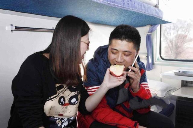 """情侣出游,为什么""""热衷""""卧铺不选高铁?乘务员道出其中""""猫腻"""""""