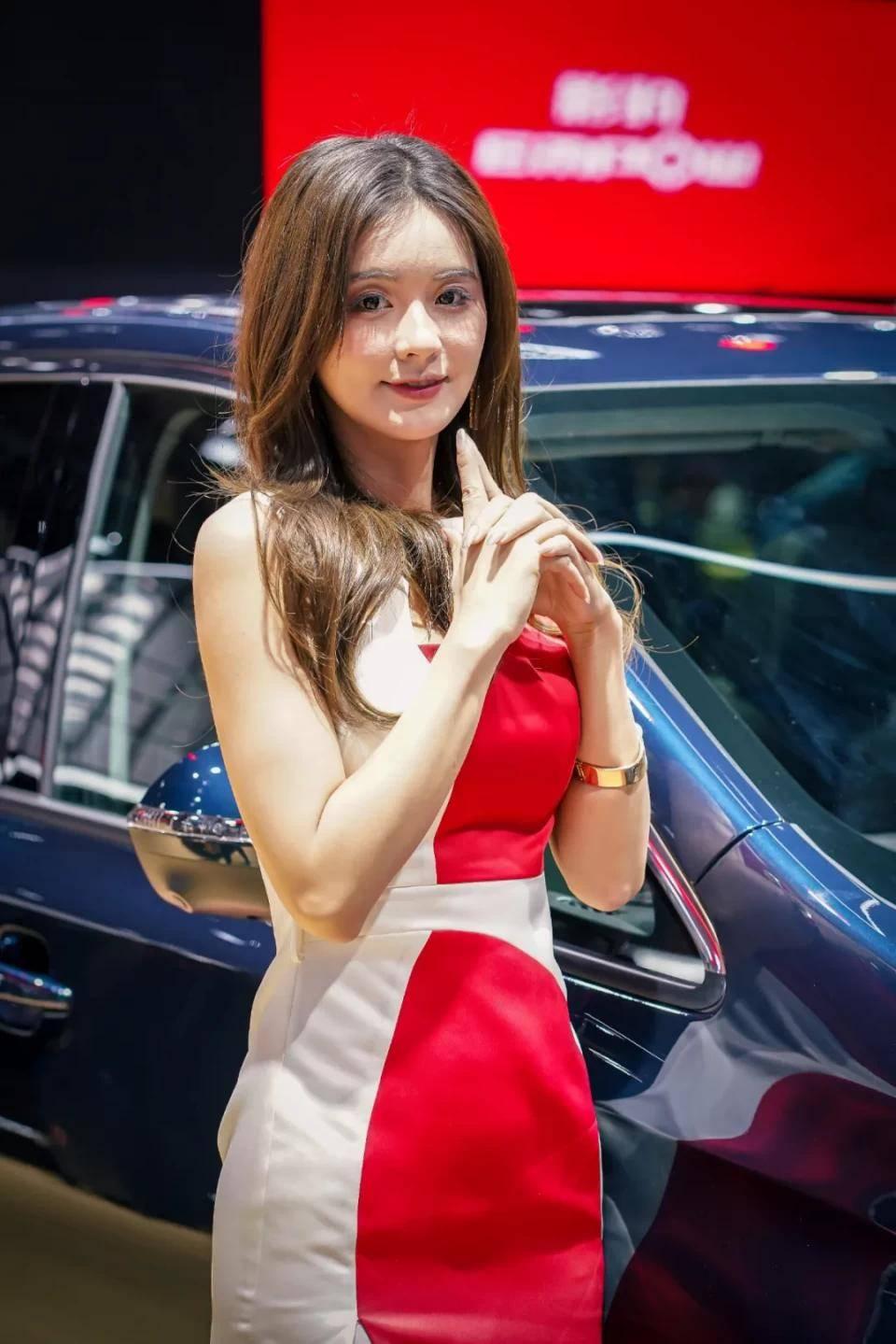 图赏:上海车展上的车模小姐姐们(图24)