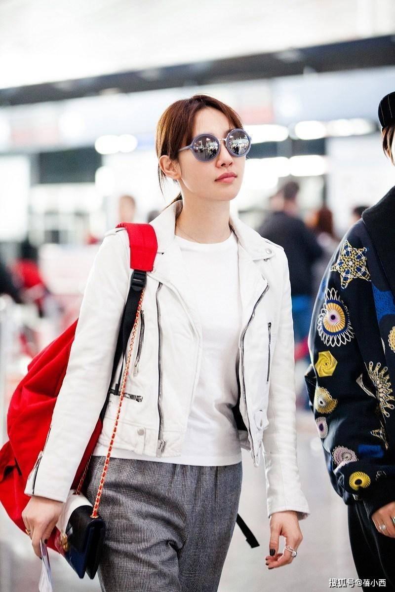 原创             白百何的穿搭越随意越高级,穿白色皮衣,用红色背包与鞋子来提亮