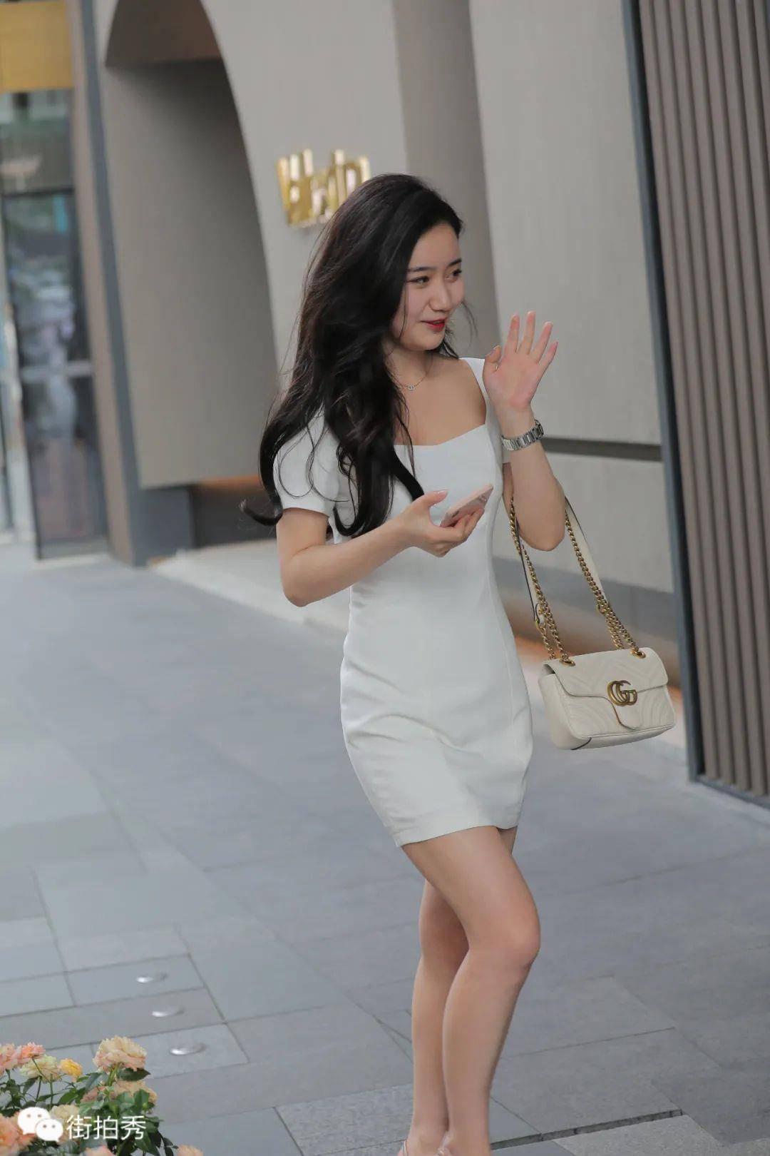 街拍:穿白裙的清新美女
