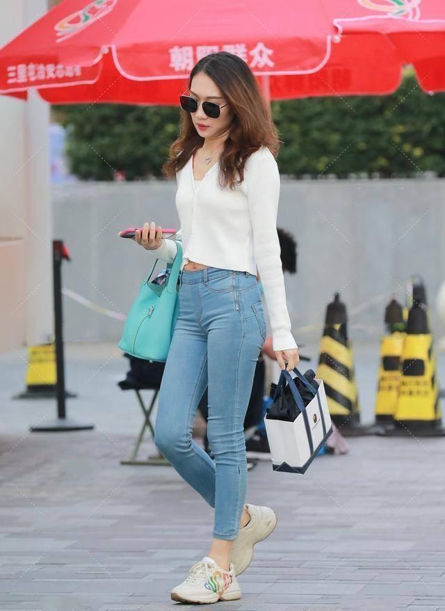 瑜伽裤的打扮优雅不显老,风格干净时尚,甜美气息尽显