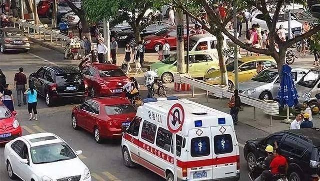 救护车救人被挡住,按喇叭70下路虎就是不动,车主:没人敢让  第2张