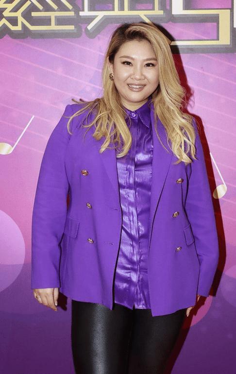 原创             郑欣宜穿出了胖女孩该有的气场,紫西装配皮裤,成熟大气不失时尚