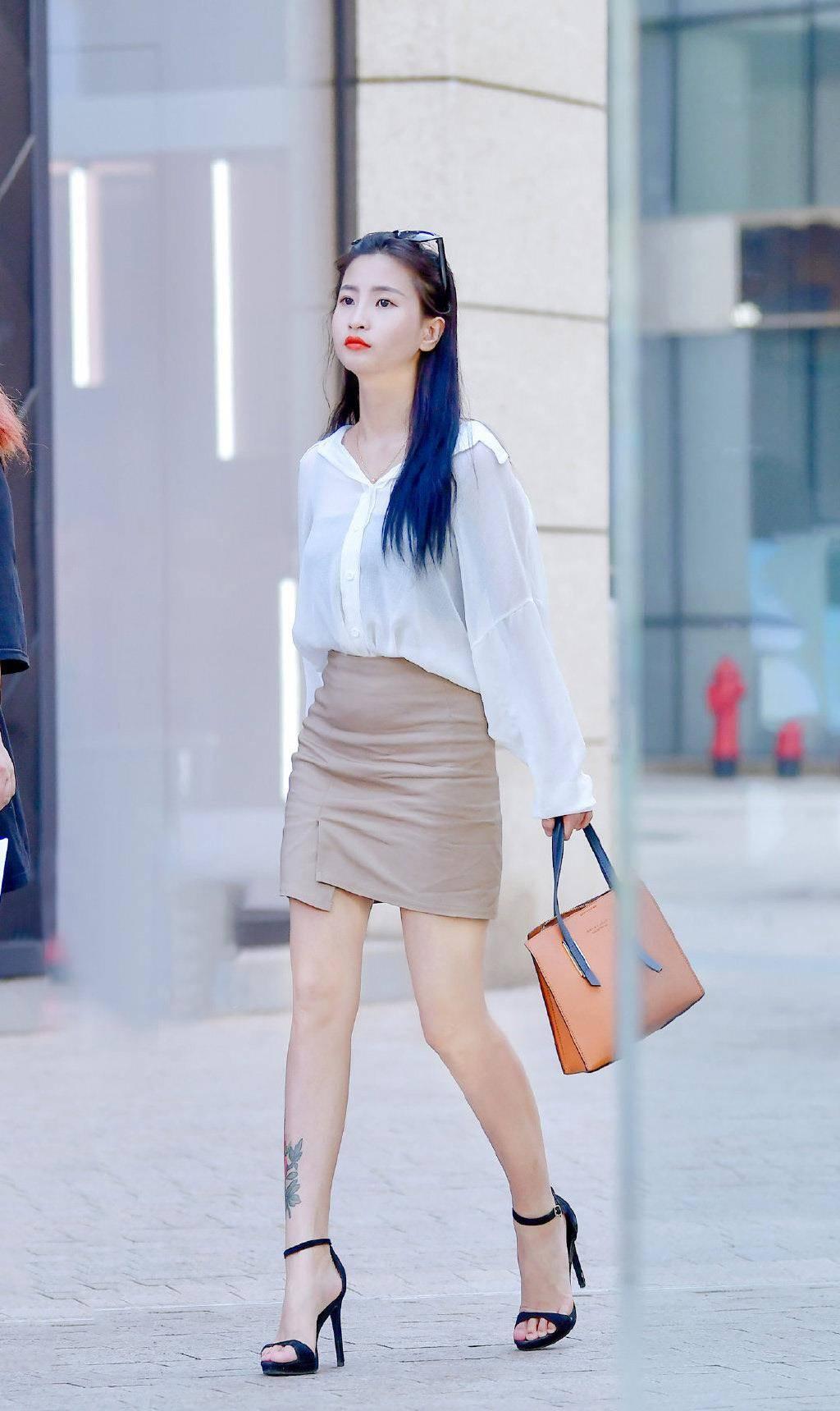 靓丽女生的半身短裙穿搭,简单舒适又显气质,值得借鉴