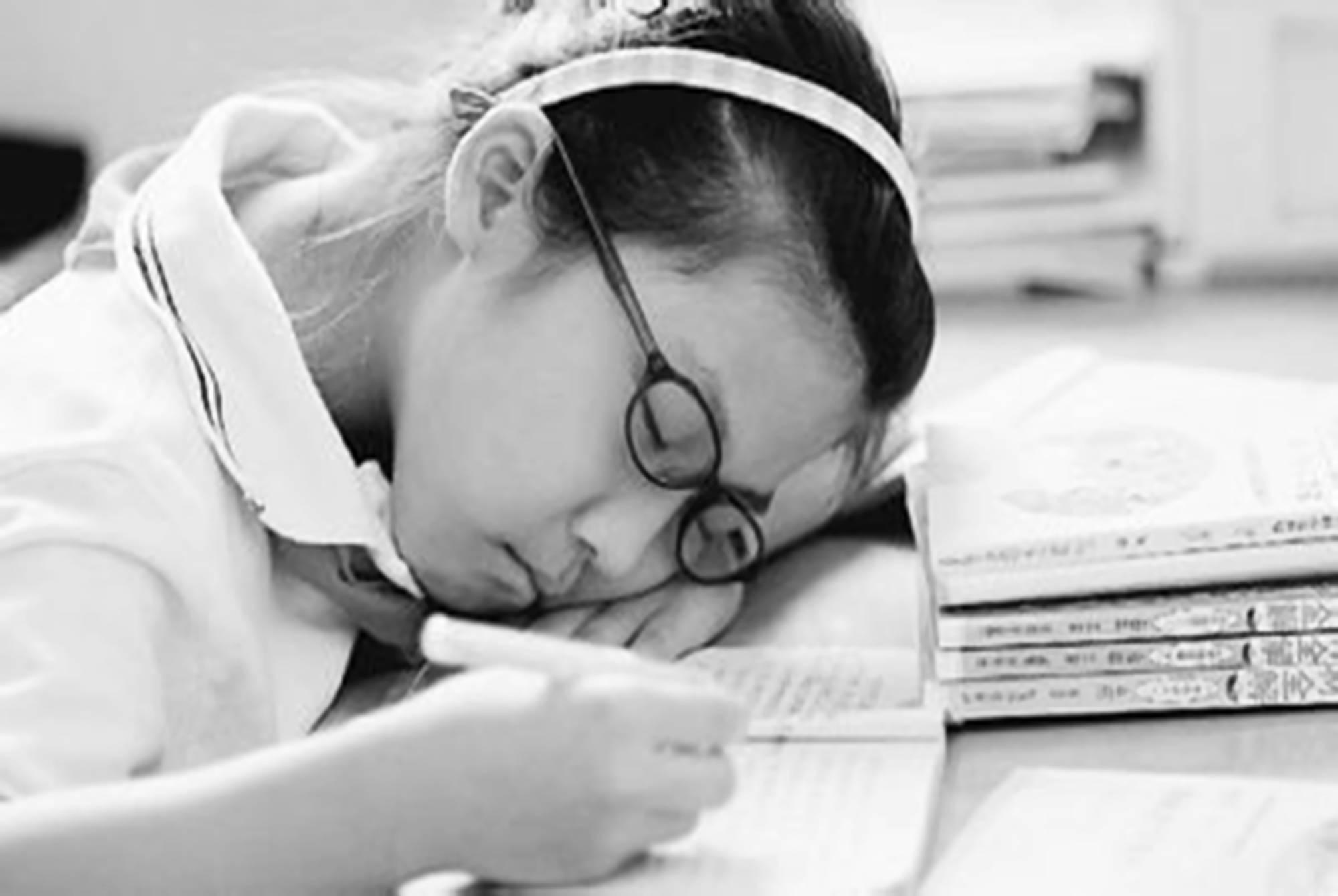 聊天时怎样催眠让对方感到困早点睡? 怎么叫一个人早点睡