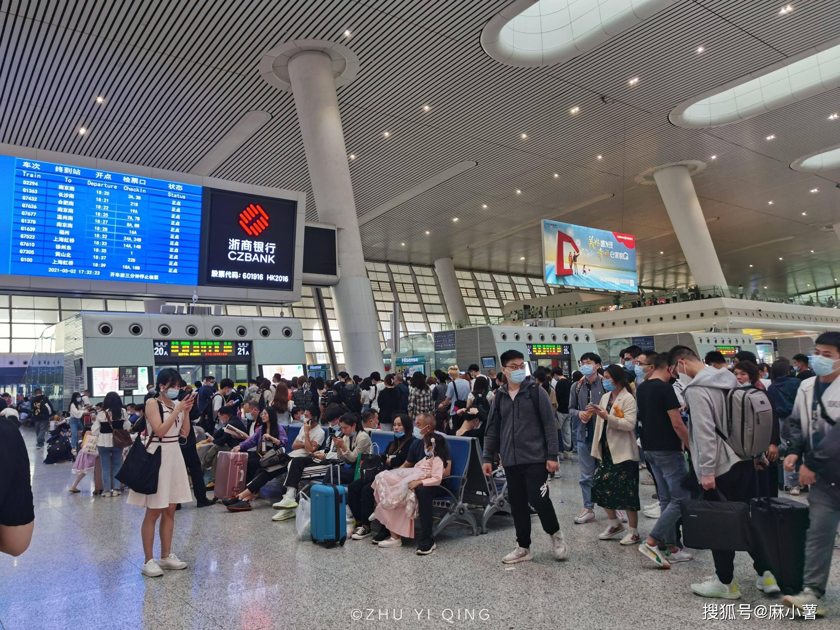 实拍五一杭州东站客流盛况,检票口寸步难行,黑压压一片都是人