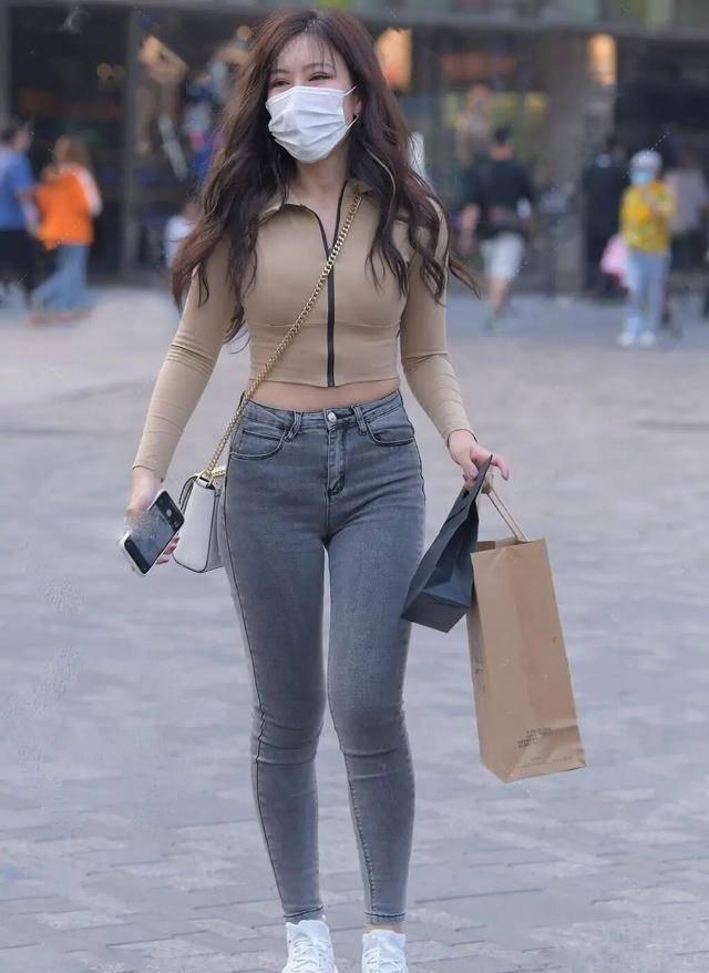 【2021夏日街头辣妹必备】黑色紧身半袖搭配灰色打底裤,这样穿自信热辣